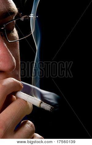 Mann, hält Rauchen Zigarette über schwarz