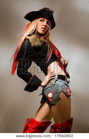 Sexy Modell tragen Piraten Outfit und rote Stiefel