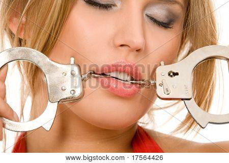 Heiße natürliche blonde beißen Handschellen Kette