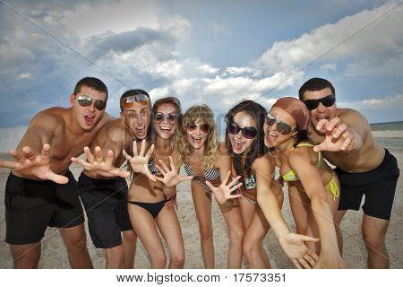 Alegre grupo de amigos se divertindo na praia