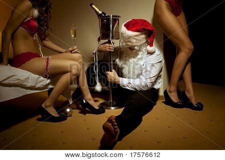 Papai Noel é desmaiou bêbado em companhia de mulheres bonitas