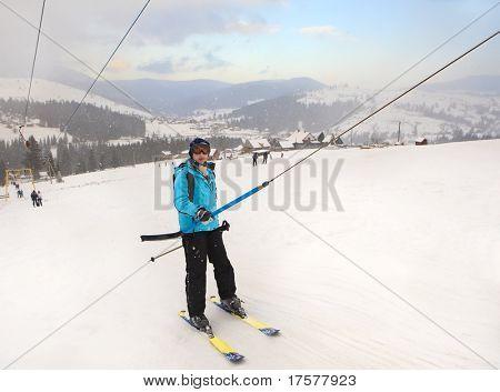 Esquiador en traje azul entre copas de nieve
