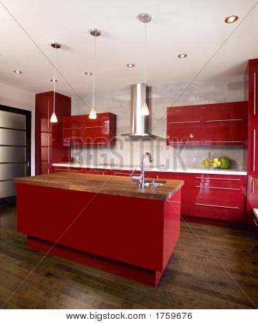 Moderna cocina rojo con una isla de madera oscura