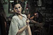 Постер, плакат: Красота женщины в старой мастерской