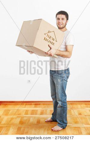 Nova casa - homem segurando a caixa