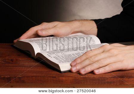 Lesung offen russische Heilige Bibel auf Holztisch