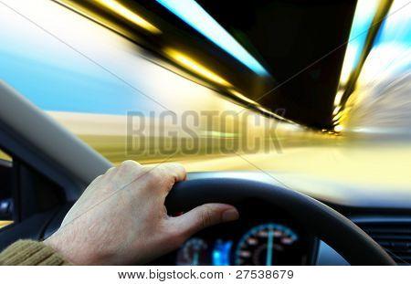mão de driver que mantém a roda e vai na estrada