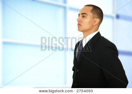 Hombre de negocios, caminar por la oficina