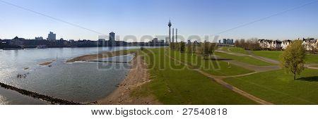 imagem panorâmica de Dusseldorf de Altstadt para Oberkassel com torre do Reno, MediaHarbor e Rheinkni