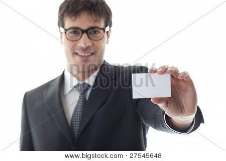 Empresario con tamaño tarjeta de visita en blanco, enfoque en primer plano. Copiar el espacio para su propio texto.