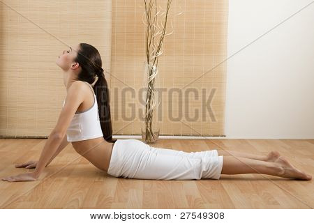 Woman doing nach oben Hund Yoga Position, Teil der Sonnengruß