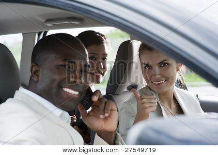 Empresários multi-étnica, compartilhamento de carros