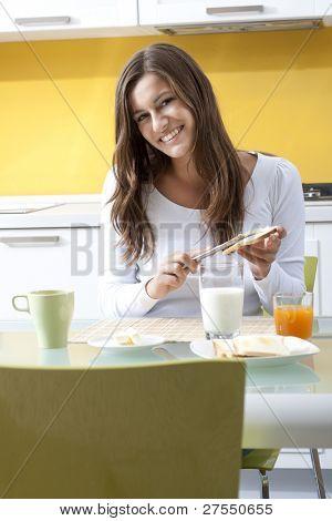Mujer feliz disfrutando de su desayuno saludable