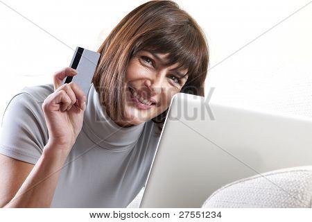 Mujer haciendo compras en línea