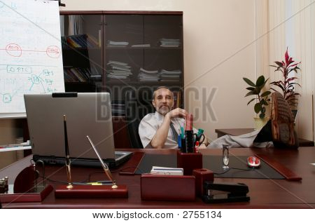 Erfolgreicher Regisseur im Büro