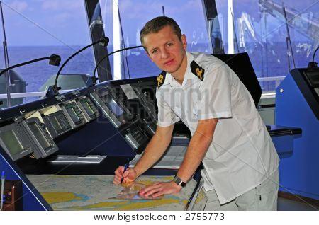 Oficial de navegación funciona con una carta de navegación