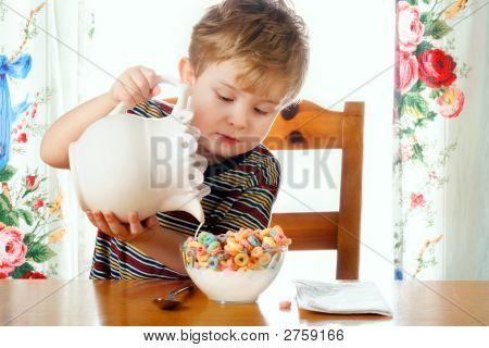 Verter la leche en un tazón de Cereal de niño