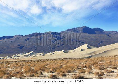 Manhã fria no deserto. O famoso Eureka - uma duna gigante na Califórnia. Fundo - escuro b