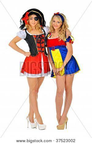 Duas mulheres em fantasias de Carnaval de pirata e branca de neve.