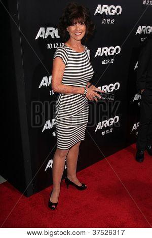 LOS ANGELES - 4 de outubro: Adrienne Barbeau chega na estréia no Samuel Goldwyn Theater