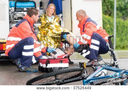 Unfall Fahrrad Frau bekommen Hilfe Sanitäter im Krankenwagen