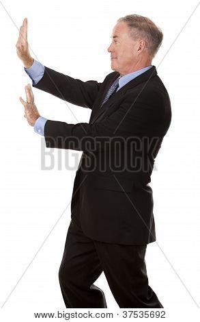 Hombre empujando un objeto