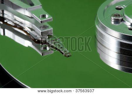 Disco duro abierto con reflexión verde