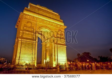 busy india gate at night