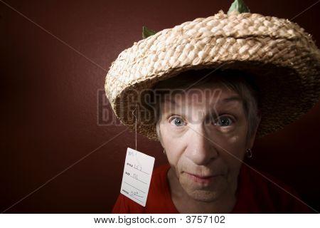 Senior Woman in eine günstige Strohhut