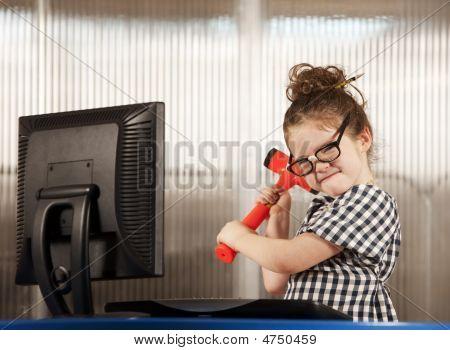 Nerdy Mädchen Zerschlagung ihre computer