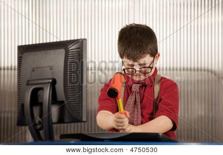 Nerdy Boy Zerschlagung seinen computer
