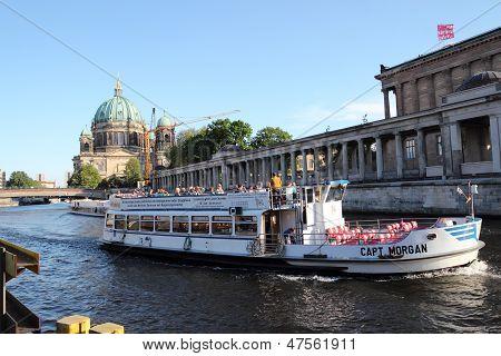 Touristische Boote segeln Spree River