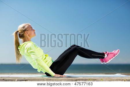 concepto de fitness y estilo de vida - mujer haciendo deportes al aire libre
