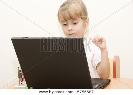 Hermosa chica caucásico de aprendizaje con ordenador portátil
