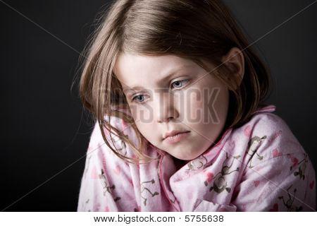 Schuss der junge Kind suchen traurig
