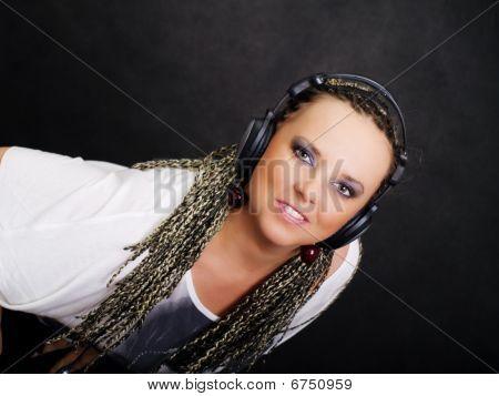 Partido mulher em tranças, ouvir música