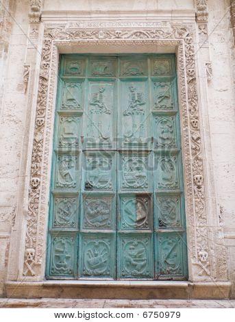 Portal de la iglesia del Purgatorio. Monopoli. Apulia.
