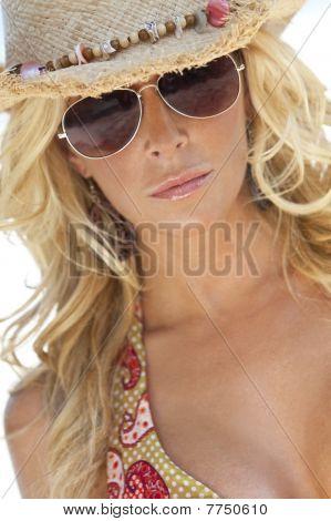 Menina loira sexy em óculos de sol aviador e chapéu de Cowboy de palha