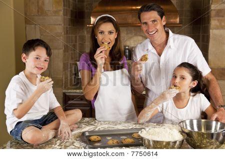 attraktive Familie Backen und Essen Cookies in einer Küche
