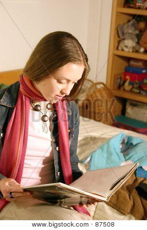 Mädchen ein Buch zu lesen