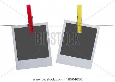 isoliert sofortige Fotos hängen einer Wäscheleine