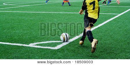 Joven futbolista en un tiro de esquina