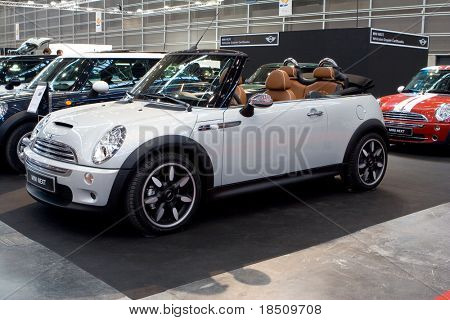 Valencia, Spanien - 4. Dezember - Mini Cooper Sidewalk Cabrio bei der Valencia-Auto-Show am Dezember