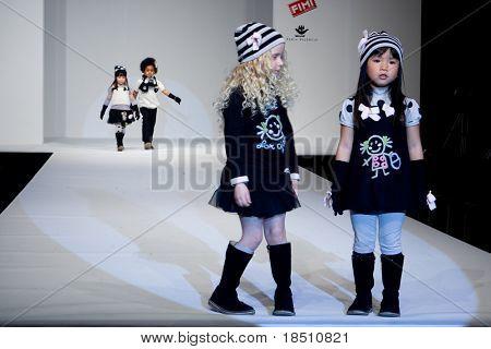 VALENCIA, España - 23 de enero: El, invierno Fashion Show FIMI infantil con el diseñador de Lourdes en la r