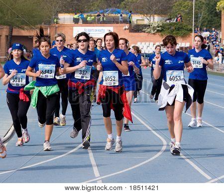 VALENCIA, España - 25 de abril: Corredores de las mujeres compiten en la VI Carrera de la Mujer de Valencia 5k a s