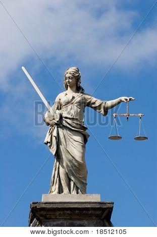 Estatua de la señora justicia en el castillo de Dublín en Dublín, Irlanda