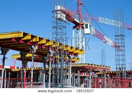 Um local de construção com um guindaste e azul céu