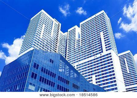 Vista inferior al nuevo centro de negocios de rascacielos