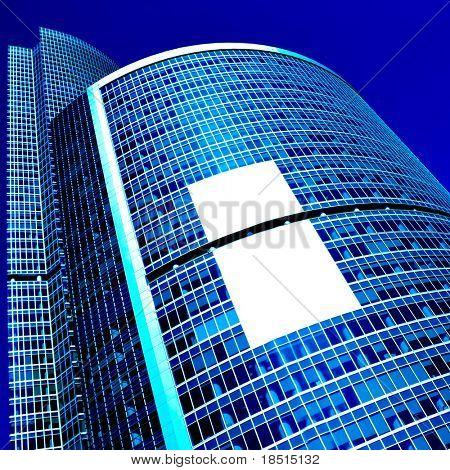 moderno rascacielos con cartel blanco en el centro