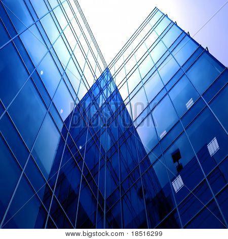 vista prospectivo al nuevo edificio moderno rascacielos del centro de negocios sobre blanco